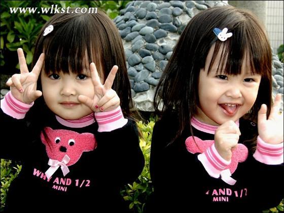 台湾萝莉双胞胎姐妹花昔日可爱搞怪照