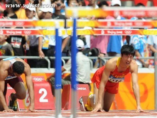 刘翔在08年北京奥运会上因伤退赛,当时他在起跑线表情异常痛苦.-图片