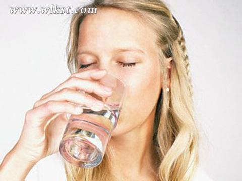 喝热水的步骤图片