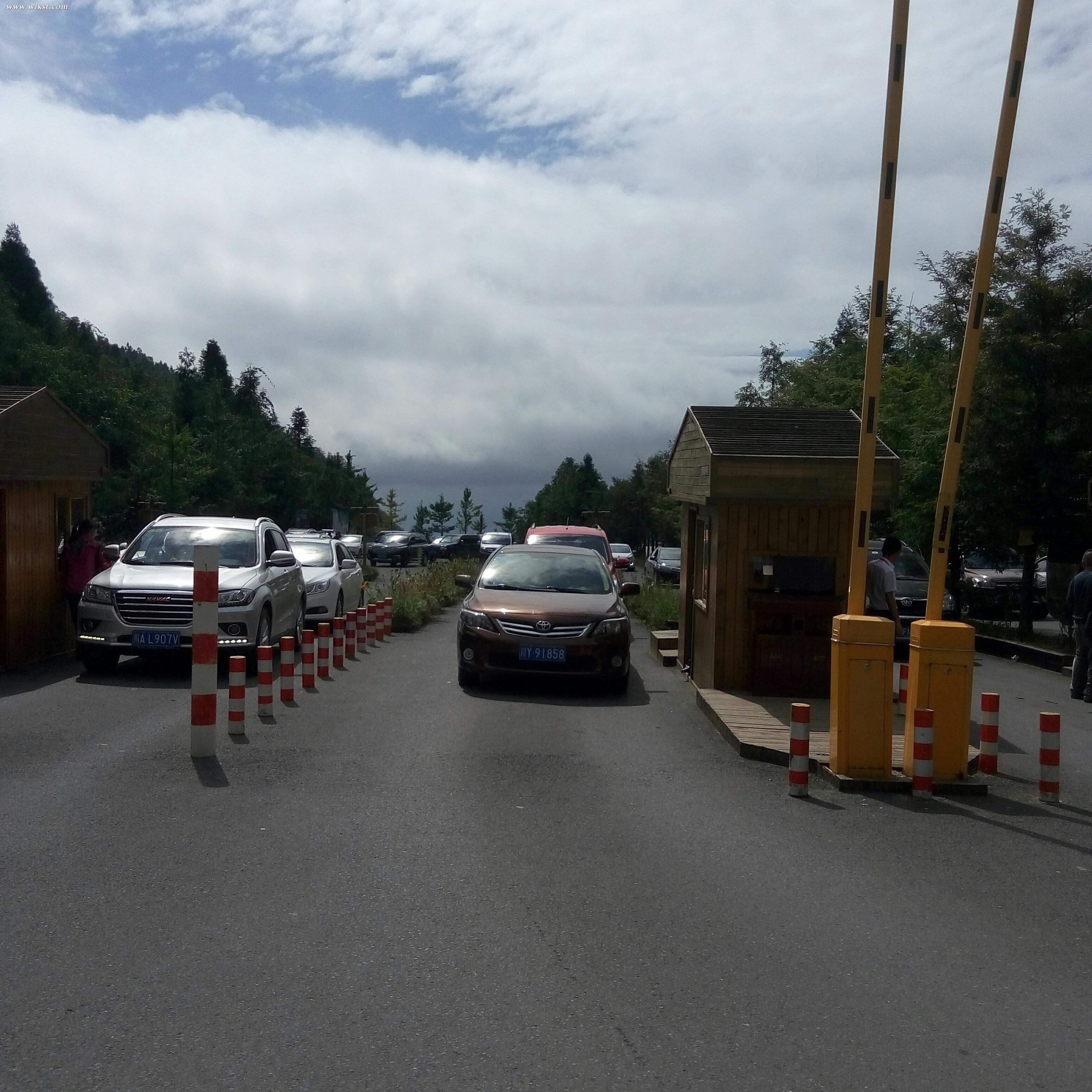 车辆正有序进入仙女山景区