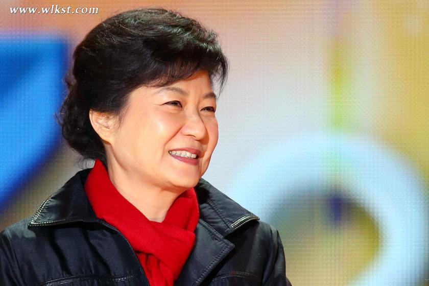 韩国总统朴槿惠   据韩联社2月22日报道,朝鲜劳动党机关报《劳动新闻》21日对韩国总统朴槿惠进行辱骂,韩国政府敦促朝方立即停止辱骂言论。   韩统一部指出,韩国政府一直在积极努力带动朝鲜人民就业和朝鲜走向和平发展道路上,朝鲜却用核试验来威胁韩国安全和危害朝鲜半岛的安定与和平,对于朝鲜诋毁韩国总统表示强烈不满。   据悉,朝鲜《劳动新闻》6个版面约一万三千字都充斥着对朴槿惠的辱骂。