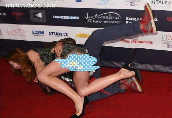 女星被强抱摔倒春光乍泄-女星红毯遭强吻摔倒 裙底大走光丑态百出图片