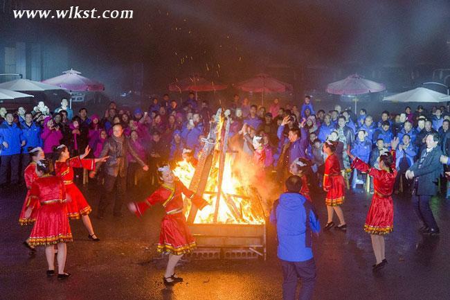 大家手拉手,以篝火为中心围成圆圈,合着音乐的节奏跳起摆手舞.